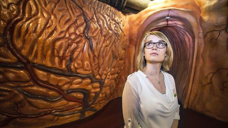 Carla van Alem die zeven jaar geleden een donorhart heeft ontvangen, loopt door het hart in interactief museum CORPUS, 12 oktober. Beeld Arie Kievit
