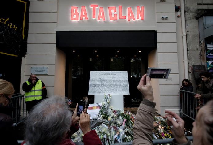 Parijzenaars bij de plaquette met namen van slachtoffers die omkwamen bij de aanslag in Bataclan.