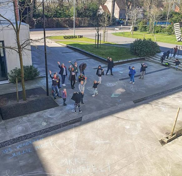 Kinderen van basisschool Sint-Lutgart in Belsele tekenen én zwaaien, aan rusthuis Het Lindehof.