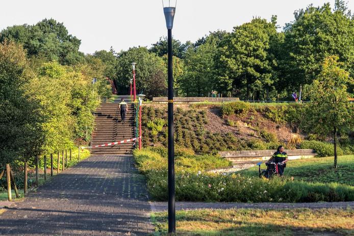 De trap tussen de Burnierlaan en de Kraijensteijnlaan in Rozendaal is afgezet na het ongeluk met de fietser.