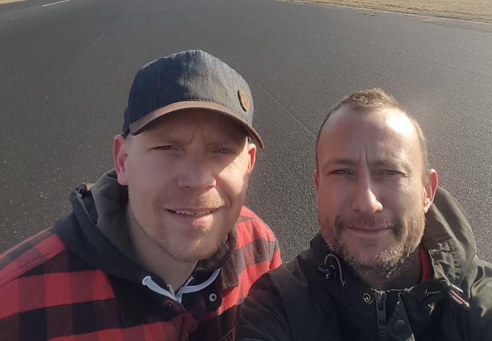 Niels Naber (links) uit Apeldoorn en Jeroen Geertman uit Deventer op de landingsbaan van Twente Airport.
