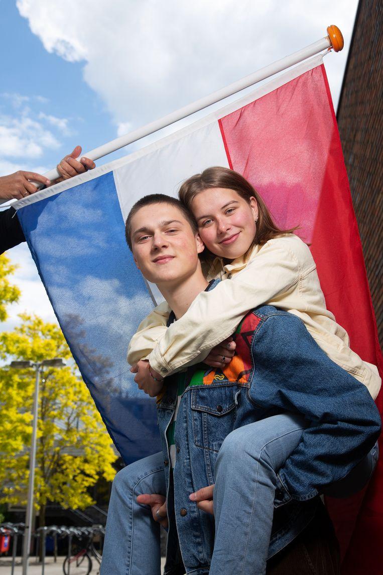 Thirza Vos (18) en Moon van den Berg (17), Vathorst College Amersfoort. Beeld Vivian Keulards