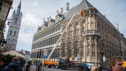 Deel stadhuis verdwijnt voor jaar achter stellingen