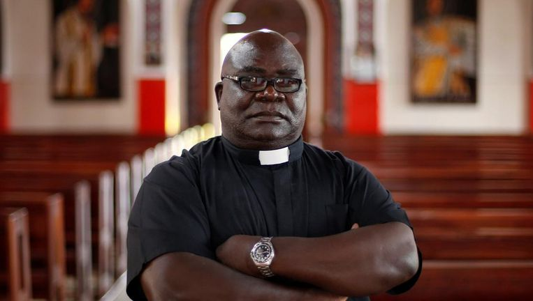 Pater Fidelis Mukonori poseert voor een foto in de Chishawasha-school. Beeld reuters