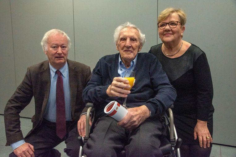 André Dhooghe krijgt een Gulden ereteken van het NSB opgespeld.