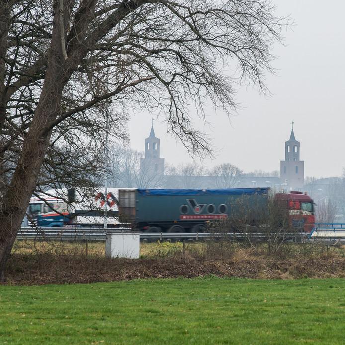 De A58 ter hoogte van het Markdal, over de Mark heen. De groep Van A58 naar Beter wil dat de snelweg onder het water door gaat. Op de achtergrond de Klokkenberg.