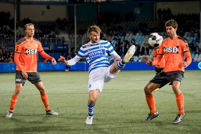 Aanvaller Piotr Parzyszek in duel met FC Volendam speler Kees Kwakman.