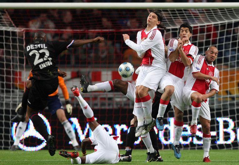 Een vrije trap van Kargbo (links) in de wedstrijd tegen Ajax in 2009 stuit op de muur van Ajax-spelers met (VLNR) Marko Pantelic, Luis Suarez en Demy de Zeeuw. Beeld anp