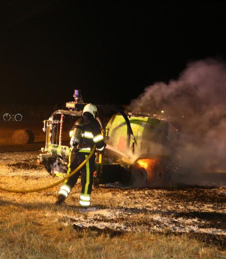 Landbouwmachine in brand in weiland in Sint-Oedenrode