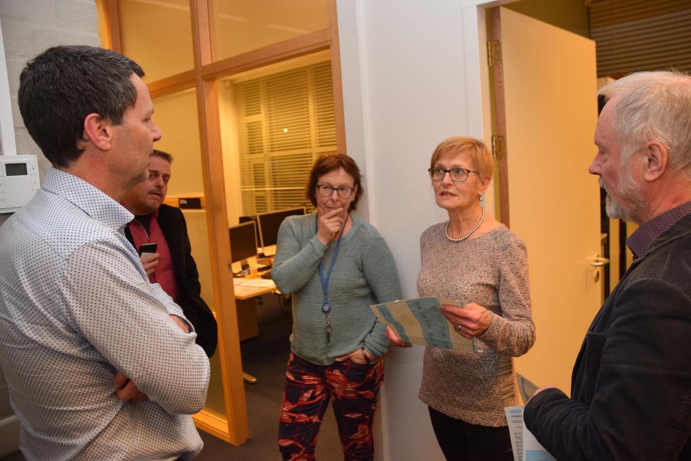 Overleg van de kiescommissie met rechts voorzitter Frans van Dongen.