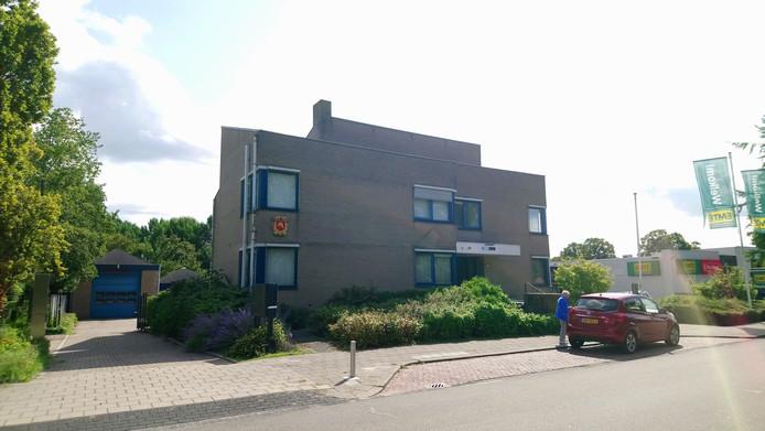 De brandweer in Heinkenszand zit nu nog achter het voormalig politiebureau. De brandweer moet hier weg omdat het terrein is verkocht aan Lidl.