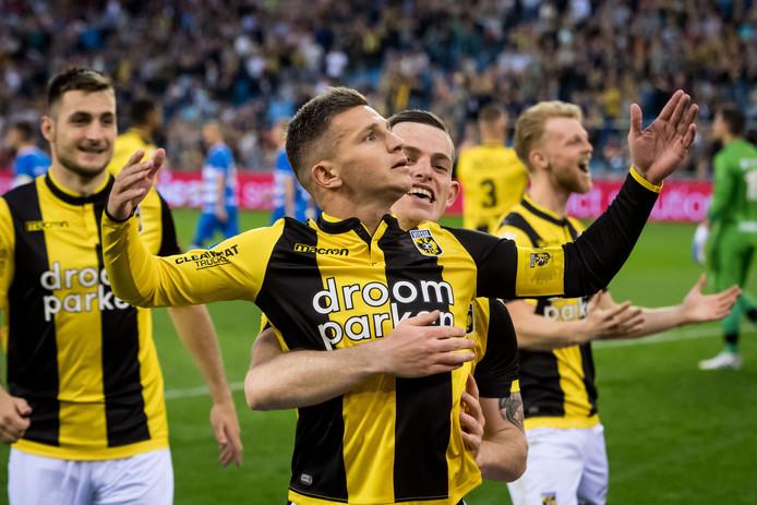 Bryan Linssen viert zijn feest bij Vitesse. Thomas Buitink omarmt de aanvoerder.