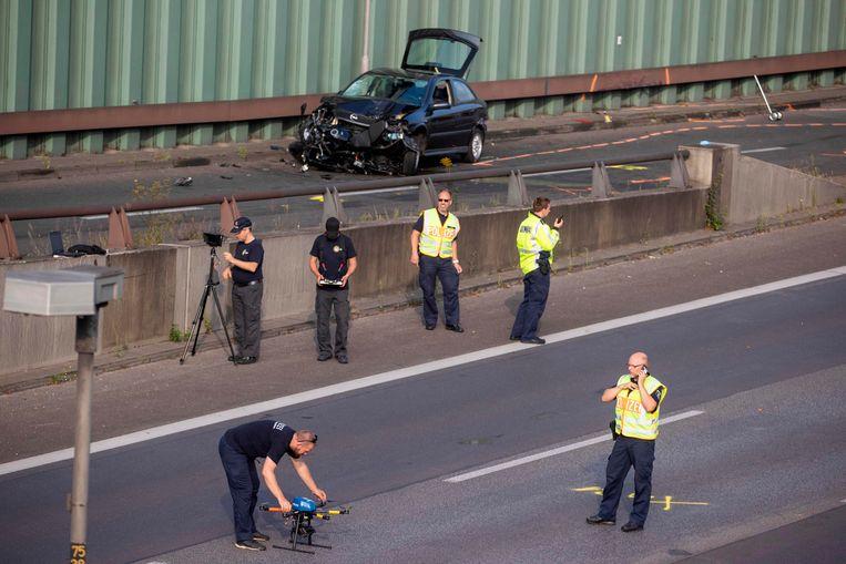 De politie doet onderzoek op de A100 waar een man gisteren meerdere auto-ongelukken veroorzaakte.  Beeld AFP