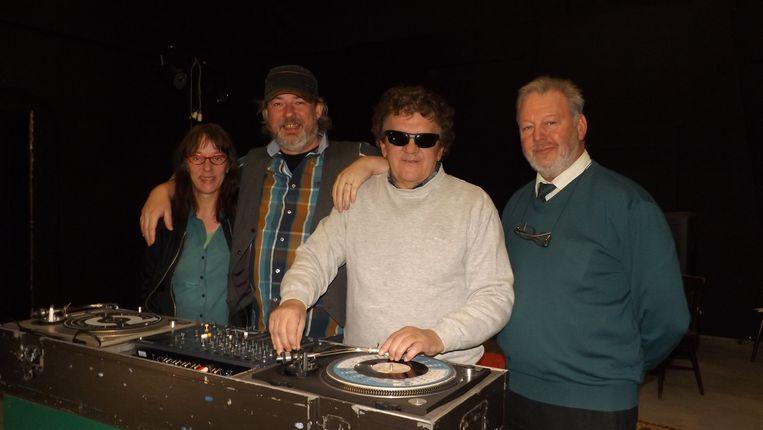 Van links naar rechts: echtgenote Gaby Mys, Stef Spiessens van Café De Balans, dj Rik Van Assche en amateurcineast Toon Verlinden.