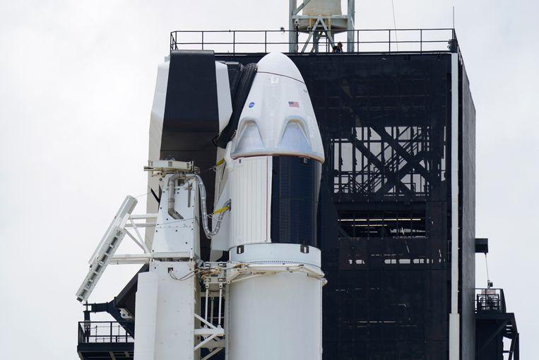 De SpaceX Falcon 9 met de Crew Dragon capsule aan de top van de raket.
