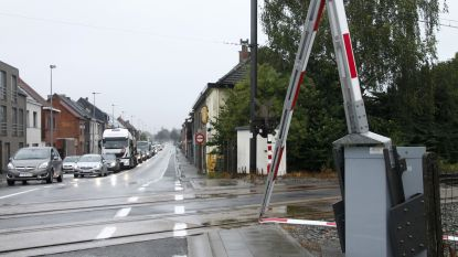 Quadrijder ramt slagboom: zware hinder voor treinverkeer