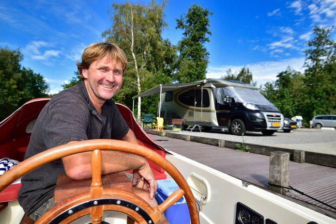 Jachtwerf Coen Rutjes. Coen heeft op de plek waar 's winters boten gestald liggen camperplaatsen ingericht.