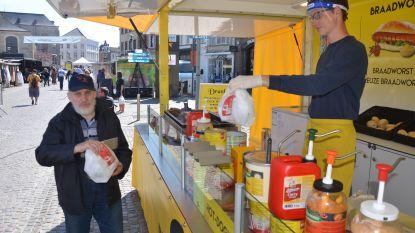 """""""Blij dat markt terug is, maar ik mis kippen- en viskramen"""": Lokerse woensdagmarkt maakt wederoptreden na twee maanden afwezigheid door corona"""