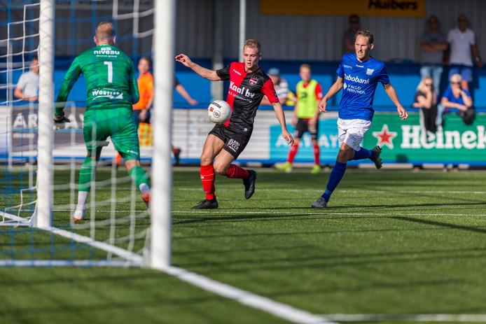 De Treffers-speler Timo Pluk heeft alleen oog voor de bal, zien ook teamgenoot Niels Kornelis (links) en GVVV'er Philip Ties.