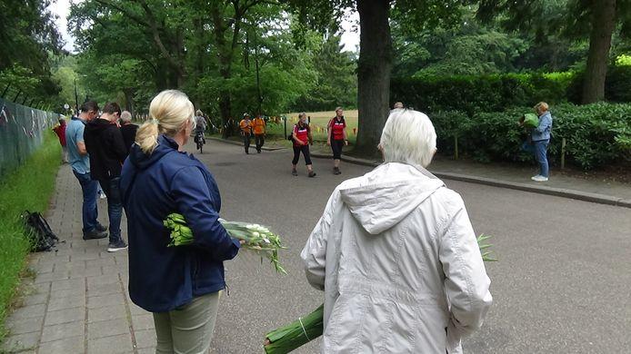 Met bloemen wachten op een bekende die de Vierdaagse Apeldoorn voltooit.