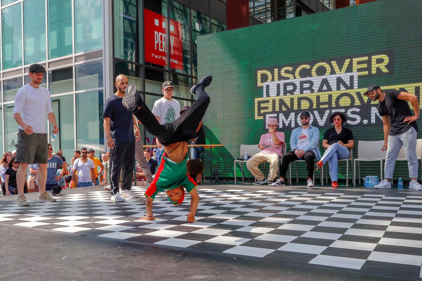 E-Moves festival dansen tijdens de Battle tussen Eindhoven (R) en Brussel (de danser)
