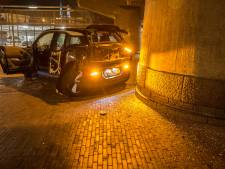 BMW botst op betonnen brugpijler in Deventer