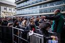 Fans van Drake verdringen zich in maart 2017 om de Ziggo Dome in te komen voor het inhaalconcert.