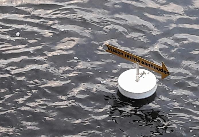 Een grapje tijdens de opening van de gerestaureerde Bovenlandse Sluis: een drijvend bord dat de weg naar de vissluis wijst.