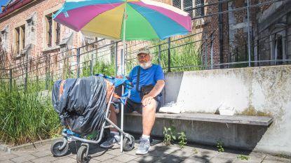 Buurt boos omdat zwerver (70) niet meer in portiek van kerk mag slapen