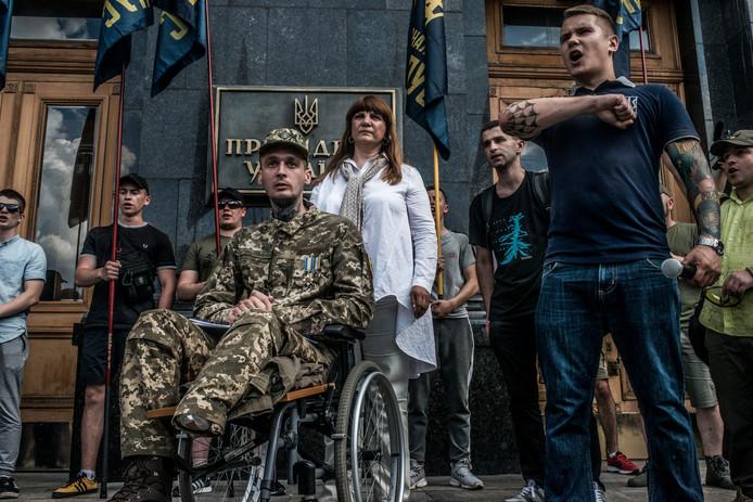 Leden van het rechts-extremistische Azov-bataljon protesteren bij een ziekenhuis in Kiev en eisen Oekraïense paspoorten voor hun buitenlandse medestrijders.