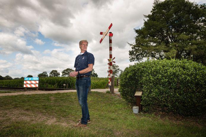 Wim Esselink bij het monument naast de onbewaakte spoorwegovergang waar in 1994 zijn vrouw Gerrie (37) en dochtertje Lisan (5) omkwamen.