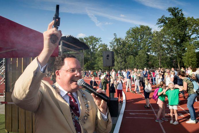 Burgemeester Roderick van de Mortel geeft ook dinsdag het startschot voor de wandelvierdaagse in Vught.