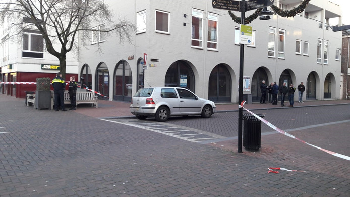 De beschoten auto in de Molenstraat.