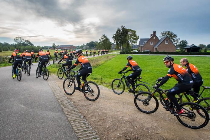 De leden van de nieuwe wielervereniging: WTC Bornerbroek maken zondagochtend een tocht door het kerkdorp en in het buitengebied.