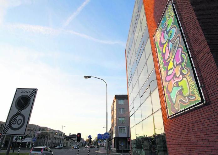 De Gruitpoort, hier met graffiti, is één van de gebouwen die duurzamer worden gemaakt.