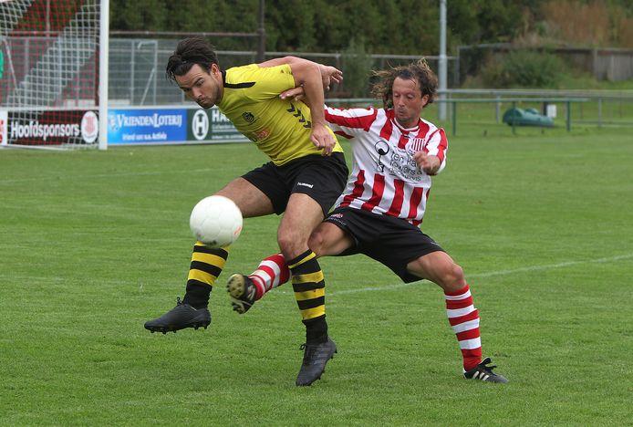 Jeroen Mentink (Activia) strijdend in duel met Jard Kamperman Leferink (Colmschate'33).