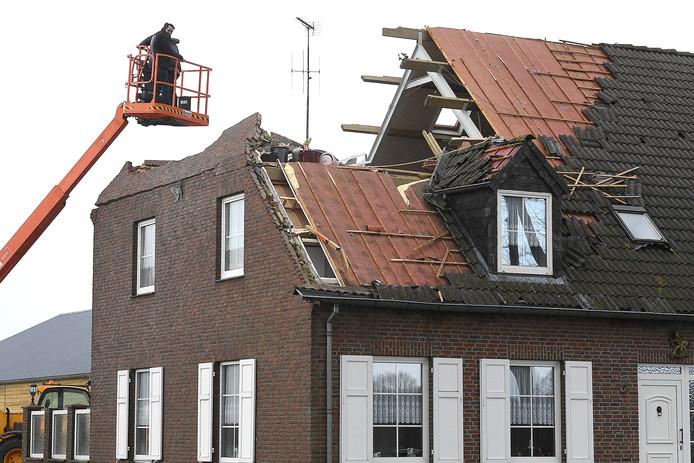 Stormschade aan het dak van een boerderij langs de Boekelsebaan bij Landhorst.
