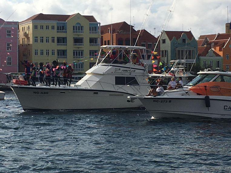 Pieten dansen op het dek van een boot. Beeld Kees Broere / de Volkskrant