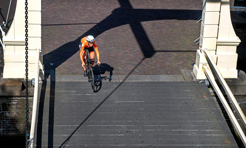 De Nederlandse Ellen van Dijk rijdt over de Schapenbrug in Alkmaar naar haar vierde Europese Titel bij het tijdrijden.