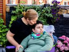 Familie Deli dakloos na felle brand bij de buren: 'Hebben met onze gehandicapte dochter Berfin (24) al twee nachten in de tuin geslapen'