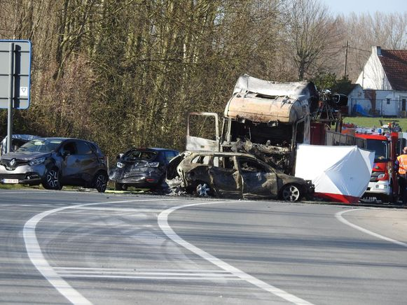 De motard kwam onder de vrachtwagen terecht toen de trucker op de file inreed.