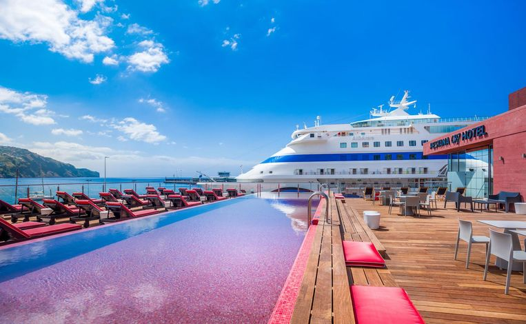 Het zwembad biedt uitzicht op de jachthaven. Beeld null