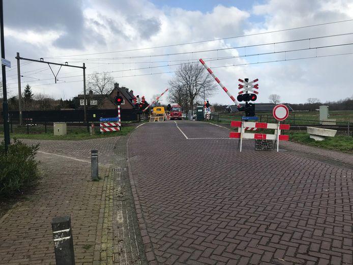 De spoorwegovergang van de Lindelaan naar de Udenhoutseweg in Helvoirt is tijdelijk afgesloten voor verkeer.