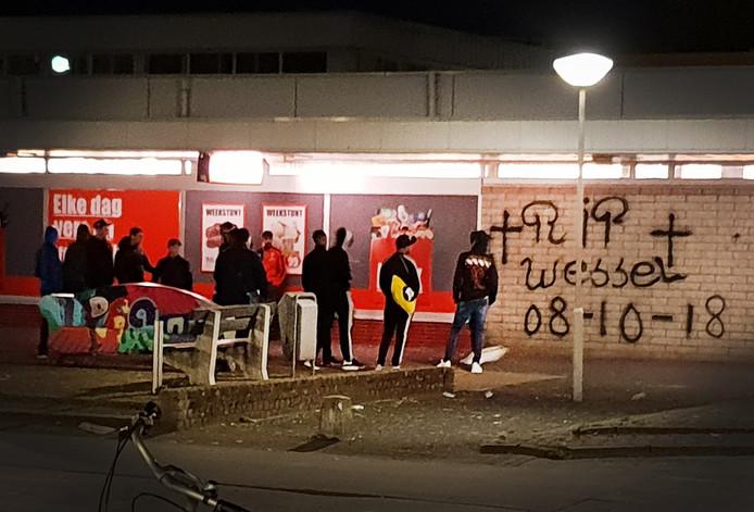 jongeren in Zoetermeer die voor overlast zorgen. Op de muur van de supermarkt hebben zij een graffiti aangebracht als herinnering aan de overleden Wessel.