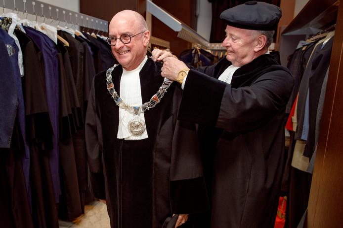 Tilburg, 24 mei 2019Rector Emile Aarts van Tilburg University neemt afscheid. Hij krijgt voor de laatste keer door de pedel zijn keten omgehangen.Foto: Dolph Cantrijn