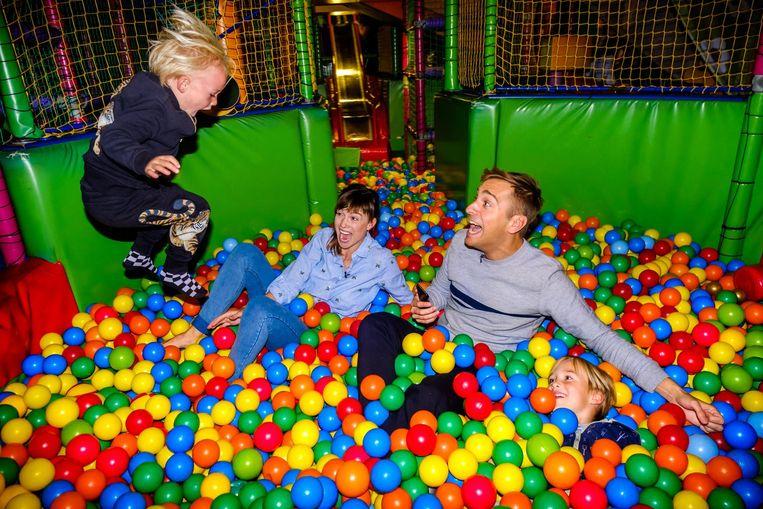 Sam De Bruyn en Erika Van Tielen gingen met Rowen (3) en Finn (6) naar de binnenspeeltuin. De 'vliegende' Rowen bezorgt hen alvast wat angstzweet.