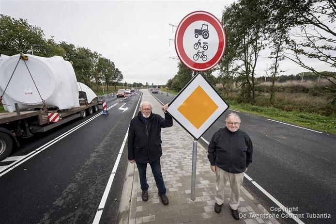 Roel Martens (links) en Paul Cohn (rechts) op de nieuwe rondweg in Borne.