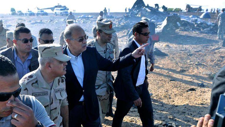 De Egyptische premier Sherif Ismail bekijkt het vliegtuigwrak van de neergestorte Russische Airbus. Beeld epa