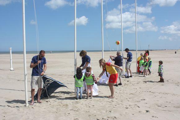 Zomerseizoen redders is geopend in Oostende met een bezoek van NH90. Er werd een vlag opgehangen voor elke kustgemeente met de hulp van leerlingen van Leefschool De Vlieger