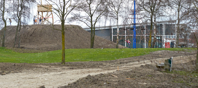 Deze speelbult naast de Plus supermarkt op Uden-Zuid blijft gewoon liggen. Uden houdt vast aan het plan om in het Sesterpark zestig huizen te bouwen.